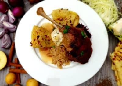 Svatomartinská pečená husa, variace zelí, bramborová lokše, karlovarský knedlík (1,3,9)
