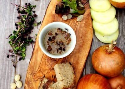 Husí škvarky zalité v sádle s kyselými okurkami
