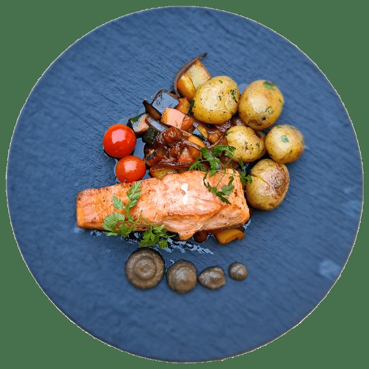 Losos na grilu, grilovaná zelenina, olivovo-kaparová tapenáda, glazura z černého koření, grenaille brambory
