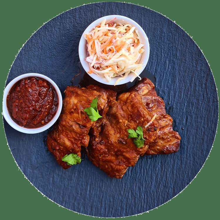 Pomalu pečená vepřová žebra, salát Coleslaw, BBQ omáčka